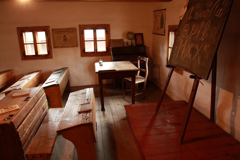 Skansen v Pribylině | Pohled do třídy s vyvěšeným Komenského mravoučným desaterem
