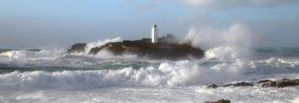 maják v rozbouřeném moři